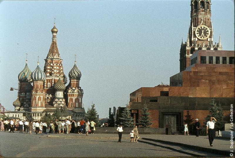 Photographie (résolution écran) : Fonds photographique Jacques Dupâquier — Voyage en URSS en 1964 — Moscou : «Moscou-Sur la Place Rouge-Vue sur le Mausolée Lénine et la Cathédrale Saint-Basile-le-Bienheureux»