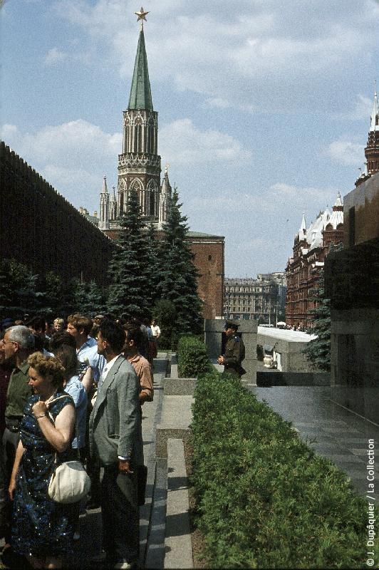 Photographie (résolution écran) : Fonds photographique Jacques Dupâquier — Voyage en URSS en 1964 — Moscou : «Moscou-Sur la Place Rouge-Derrière le Mausolée Lénine»