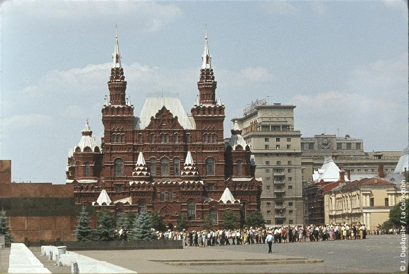 Photographie (résolution écran) : Fonds photographique Jacques Dupâquier — Voyage en URSS en 1964 — Moscou : «Moscou-Sur la Place Rouge-Musée d'histoire-Queue pour le Mausolée Lénine»