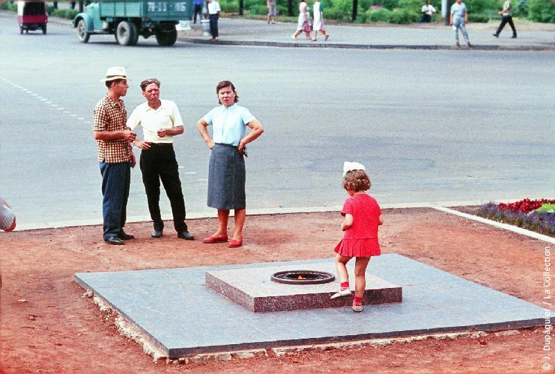 Photographie (résolution écran) : Fonds photographique Jacques Dupâquier — Voyage en URSS en 1964 — Sur la route de Moscou-Minsk Smolensk Borodino : «Minsk-Flamme de la Victoire»