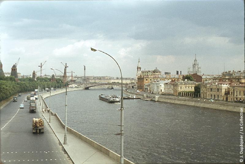 Photographie (résolution écran) : Fonds photographique Jacques Dupâquier — Voyage en URSS en 1964 — Moscou : «Moscou-La Moskova en aval du Kremlin»