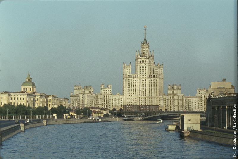 Photographie (résolution écran) : Fonds photographique Jacques Dupâquier — Voyage en URSS en 1964 — Moscou : «Moscou-Le gratte-ciel d'habitation sur la berge Kotelnitcheskaïa»