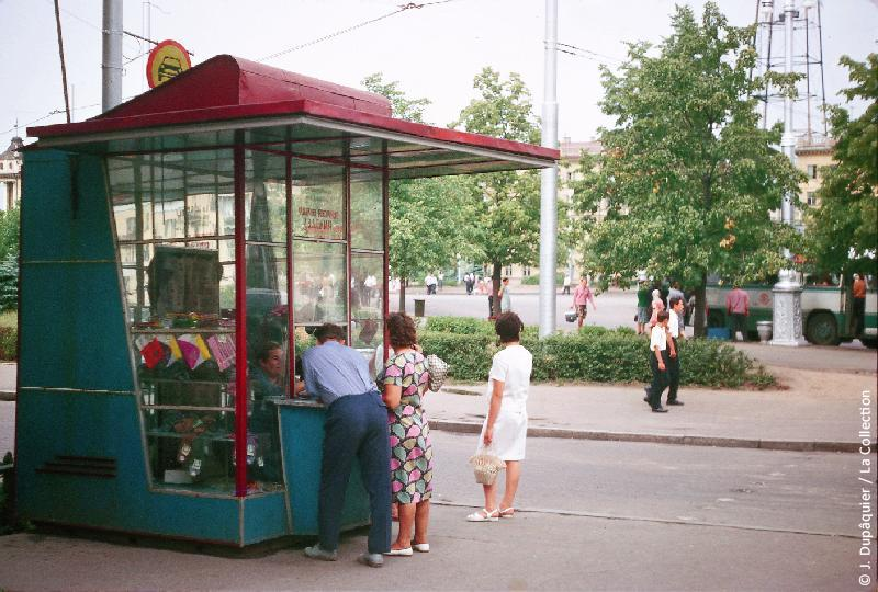 Photographie (résolution écran) : Fonds photographique Jacques Dupâquier — Voyage en URSS en 1964 — Sur la route de Moscou-Minsk Smolensk Borodino : «Minsk-Un kiosque»