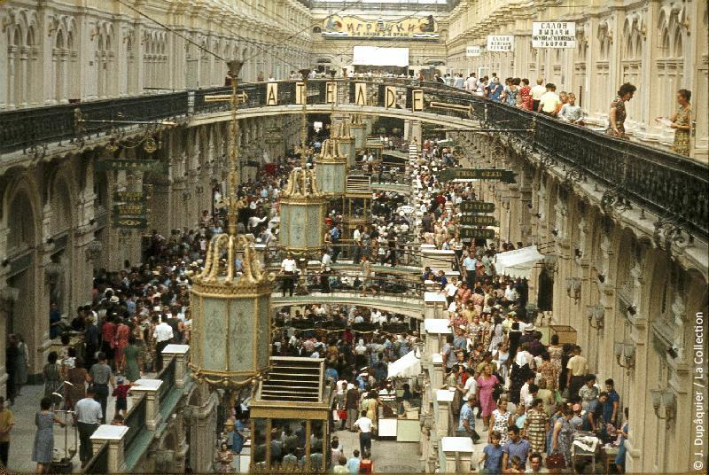 Photographie (résolution écran) : Fonds photographique Jacques Dupâquier — Voyage en URSS en 1964 — Moscou : «Moscou-Le GOUM»