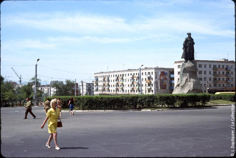 Photographie (résolution écran) : Fonds photographique Jacques Dupâquier — Voyage en URSS en 1975 — Voyage en train de Vladivostok à l'Oural : «Extrême-Orient soviétique-Khabarovsk-Place de la gare-Statue de Erofeï Khabarov»